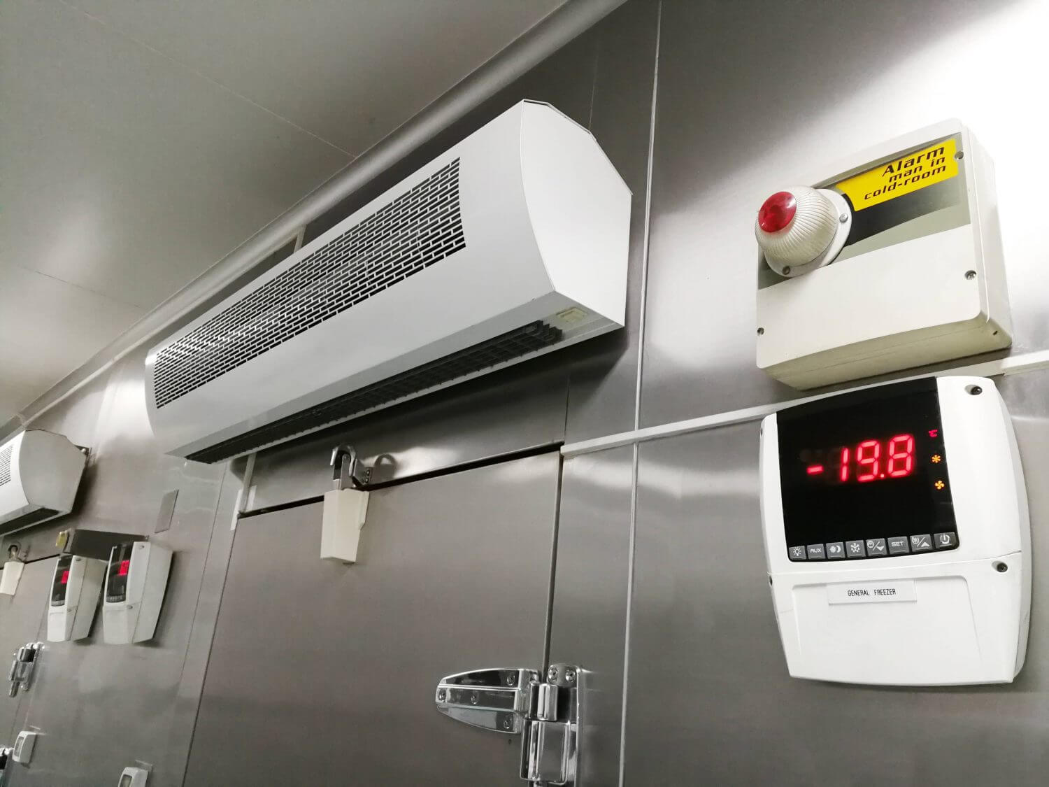 temperature control room with in warehouse to store fresh foods and fruits