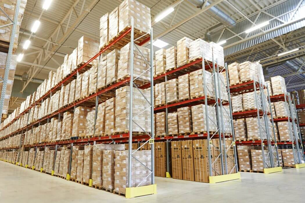 warehouse using selective rack to store products for better product safety and efficiency